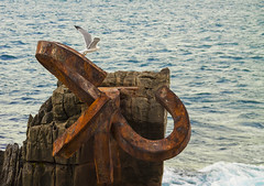 Alza el vuelo (ieradiaz) Tags: mar san viento escultura gaviota donostia sebastin peine