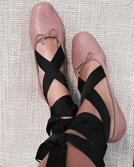 """Estos zapatos son un atrevimiento total. Es de ese tipo de calzado que """"amas"""" u """"odias"""" #YoLasAmo  os gusta? Que os parecen? #zapatillasdeballet #fashion #instafashion #instsgram #instamoment #instamood (elblogdemonica) Tags: ifttt instagram elblogdemonica fashion moda mystyle sportlook springlooks streetstyle trendy tendencias tagsforlike happy looks miestilo modaespaola outfits basicos blogdemoda details detalles shoes zapatos pulseras collar bolso bag pants pantalones shirt camiseta jacket chaqueta hat sombrero"""