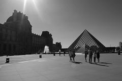Monument Paris (60anhour) Tags: lumire contraste noiretblanc bw paris france pyramide pyramides people truc bidule machin