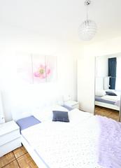 42er Astoria Schlafzimmer (Glandon) Tags: spiegel lila decke garderobe blauer vorhang kissen blaues bettwsche kronleuchte gepunktet blumenbild nachttische
