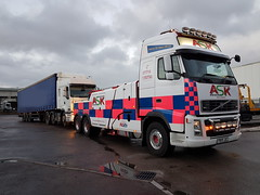 Volvo FH13 Recovering Renault Artic (JAMES2039) Tags: volvo fm12 tow towtruck truck lorry wrecker heavy underlift heavyunderlift 6wheeler frontsuspend cardiff rescue breakdown ask askrecovery recovery fh13 pn09juc pn09 juc renault premium artic dusk