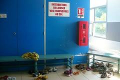 Pour la discipline, on repassera ! (mistigree) Tags: toulouse piscine chaussure