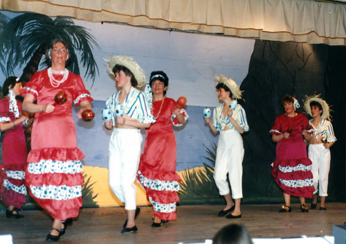 1986 Sinbad the Sailor 03 (from left x,Julie Waterman,Ann Brothers,Louise Eyre,Irene Stevenson,Lisa Young doing La cucaracha)