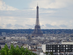 La tour Eiffel, les pieds dans les toits, Paris (Jeanne Menj) Tags: latoureiffel pieds toits paris
