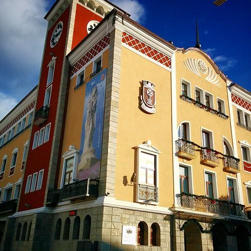 Хасково - Дворецът (сградата на общината,  но хасковлиии така ѝ викат), има окулни символи пазещи от уроки! (бухала на фасадата и др.)
