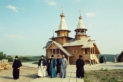 83. Еп. Ефрем (Кицай) и архим. Арсений на Всехсвятском скиту 2002 г