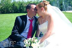 Casa novios (tiffotos) Tags: wedding canon eos kiss pareja boda sonrisa felicidad feliz ramo matrimonio beso novios novia novio cario csped 450d