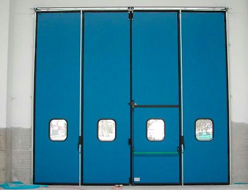 Дверь в  складных воротах