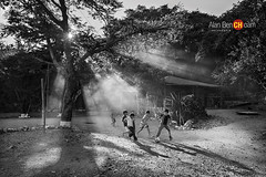 hora de juego (alan benchoam) Tags: shadow contraluz play guatemala dust playtime juego guate polvo travelphoto benchoam alanbenchoam