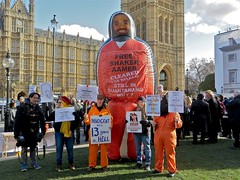 We Stand With Shaker: The giant inflatable figure at the Not the Global Law Summit (Andy Worthington) Tags: london westminster politics protest streetphotography housesofparliament parliament guantanamo inflatables placards sw1 magnacarta politicalprotest habeascorpus andyworthington legalaid londonsw1 inflatablefigures oldpalaceyard boroughofwestminster shakeraamer saveshakeraamercampaign justicealliance notthegloballawsummit westandwithshaker