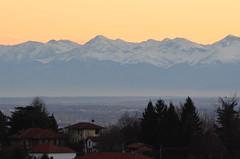 La neve laggiù e 24 gradi quaggiù (conej@) Tags: montagne tramonto neve arancione pinotorinese