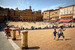 LA GRANDE PIAZZA. (Skiappa.....v.i.p. (Volentieri In Pensione)) Tags: siena piazzadelcampo italiameravigliosa panasonic lumix skiappa persone turisti