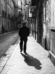 Sevilla streets: walking (frolik2001) Tags: street city shadow bw blancoynegro walking calle sevilla streetphotography sombra seville bn callejeo nikond7100 frolik2001 1750f28sigma