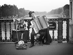 L Acordeonist (alestaleiro) Tags: street music paris musica acordeon gaita acordeonista sanfona acordion acorden alestaleiro acordionista acordeonist