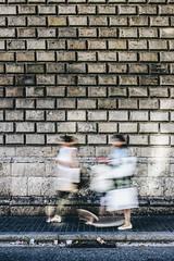 Me eliges para hablar si las calles estn mudas (Andrea Latasa) Tags: lasramblas barcelona spain espaa street streetphotography largaexposicin longexposure wall pared people city