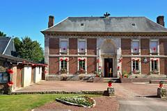 Mairie de Mailly-Maillet (Somme) (JDAMI) Tags: mairie maillymaillet somme batailledelasomme centenaire 1418 coquelicot symbole picardie armebritannique france soldats anglais circuitdusouvenir nikon d600 tamron 2470 poppies