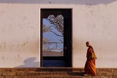 Dambulla - moine 3 - Explore (luco*) Tags: temple golden monk explore sri lanka grottes dambulla moine flickraward flickraward5