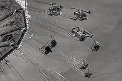 Voladoras / Flying Chairs (jfraile (OFF/ON slowly)) Tags: atracciones parquedeatracciones tiovivo carrusel voladoas sillasvoladoras attractions amusementparkcarousel flyingchairs fun blackandwhite monochrome diversion tibidabo barcelona blancoynegro monocromo jfraile javierfraile