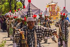 Una danza para el mas alla (Nebelkuss) Tags: indonesia kuta bali funeral playas beach dance danzamortuoria bailarin dancers elzoohumano thehumanzoo canoneos60d canonef70200f4l