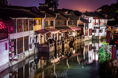 Zhujiajiao 3 (Damián Chiappe) Tags: asia china zhujiajiao canal casa nocturna reflejo río house night reflex river agua water noche curva turn