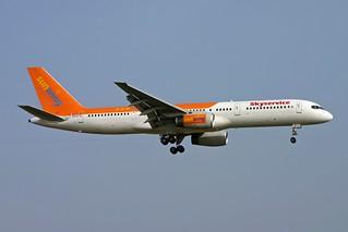 C-GMYH 757 Skyservice LGW 3.9.05
