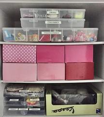 Como organizei todas as coisas das minhas dolls no armário...