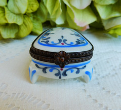 Limoges France Peint Main Porcelain Footed Trinket Box ~ Artist Signed (Donna's Collectables) Tags: limoges france peint main porcelain footed trinket box ~ artist signed