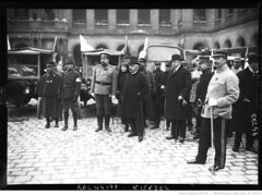 1915-03-14, Aux Invalides, les autos ambulances russes sont prsentes  Mr Millerand [en prsence d'un officier russe] (foot-passenger) Tags: bibliothquenationaledefrance bnf gallica oldphoto 1915 ambulance france wwi worldwari