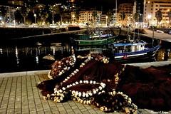 En tierra firme. (Howard P. Kepa) Tags: paisvasco euskadi santurtzi puertodesanturtzi marcantabrico barcos pesqueros redes edificios iluminacion noche