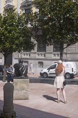 P1280757 (Jusotil_1943) Tags: escultura gente pokemon rboles entrearboles sombrero pelirroja