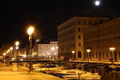 Trieste (ElenaSalom) Tags: trieste luci friuliveneziagiulia barche lampioni canale