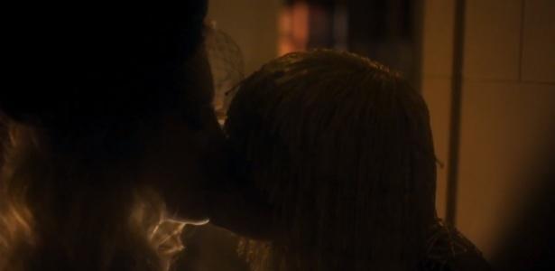 Série exibe cena de sexo vazada de Marquezine e beijo gay nesta terça