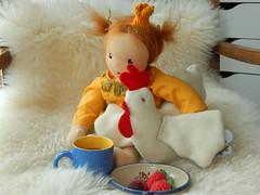 Prinzessin Penelope_12052016_mit Hhnchen (Puppenhandwerk Prsch) Tags: handmadeclothdoll clothdoll organicdoll waldorfdoll steinerdoll prinzessinpenelope danieladrescher urachhaus companiondoll dollmaker dollmaking