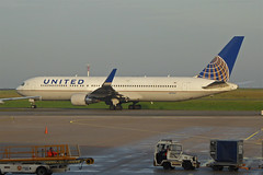 2014.11.23.015 ROISSY CHARLES-DE-GAULLE -  Boeing 767-322/ER (N675UA - cn.29243-800) de la Cie United Airlines (alainmichot93 (Bonjour  tous)) Tags: france airplane boeing iledefrance avion unitedairlines roissy continentalairlines 2014 aroport valdoise n675ua roissycharlesdegaulle boeing767322er n676ua