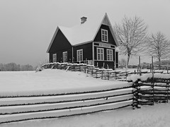 Lugnet p Landet (LellePelle) Tags: winter house snow by architecture fence vinter silent village sweden smland serene sverige sn hus arkitektur tyst stilla newsnow nysn grdesgrd