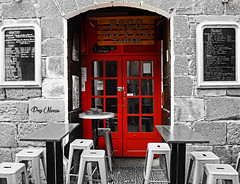 chez Paco - at Paco (png nexus) Tags: desaturation rouge red porte door table rue street