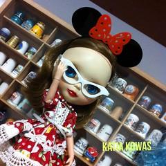 Melinda veio correndo mostrar sua tiara da Minnie e seu óculos novinhos que o papai fez!!! Já aceitamos encomendas, muitas novidades chegando para nossa Blythes!!