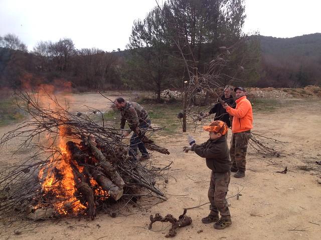 Préparation du barbecue au local de chasse