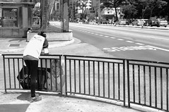 Sol a pico (renanluna) Tags: street city light cidade blackandwhite woman sun luz sol sign brasil corner fuji shadows br sopaulo mulher sp esquina finepix contraste fujifilm rua 55 asphalt asfalto placa pretoebranco sombras monocromia 011 contrat x100 23mm renanluna fujifilmfinepixx100