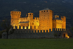Il re della valle / The king of the valley (Fenis Castle, Valle D'Aosta, Italy) (AndreaPucci) Tags: valledaosta italy castle fenis castello night andreapucci canoneos60 summer holidays alps italia