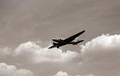 Anflug Tempelhof DC-3 2004 (rieblinga) Tags: luftbrücke tempelhof 2004 tempelhofes freiheit rosinenbomber dc3 kodak tmax 100 analog r5