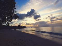 Viaggiare  come sognare: la differenza  che non tutti, al risveglio, ricordano qualcosa, mentre ognuno conserva calda la memoria della meta da cui  tornato.(Edgar Allan Poe) (bluarancio85) Tags: sea tramonto honeymoon nuvole mare natura ombre cielo seychelles ricordi viaggio spiaggia paesaggio sabbia crepuscolo mahe oceanoindiano beauvallon aforisma