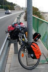 1-070505 Spanien 1 152 (hemingwayfoto) Tags: andalusien baum costadelsol europa fahrrad festgefahren gelnder gepck kstenstrase leitplanke mast radtour radweg reise rosinante spanien strase tasche