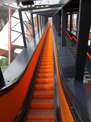 Rolltreppe (schremser) Tags: deutschland nordrheinwestfalen essen zeche zollverein zechezollverein bergbau kohle fabrik industrie industriegebude industriegelnde rolltreppe treppe orange