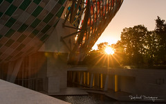 Gehry By Buren 9 (Raph/D) Tags: rouge frank gehry architecture architect building fondation foundation louis vuitton flv lvmh paris france bois boulogne sunset canon eos 7d mark ii l series lseries canoneos7dmarkii ef2470mmf28liiusm daniel buren artist catchy colors observatoire lumiere observatory light modern contemporary work travail insitu glass verre checkered sun ray beam flare lens