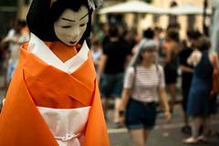 Geisha & Lolita (Aleaty) Tags: barcelona street blue orange statue festival hair bokeh lolita geisha short papiermache festamajor