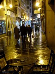 Noche húmeda en la Calle Real. Wet night in Calle Real. (Esetoscano) Tags: people españa wet rain night reflections luces noche lluvia spain gente galicia galiza reflejos acoruña humedad callereal