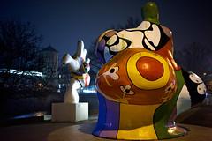 Zwei von drei Nana-Skulpturen am Leineufer (mattrkeyworth) Tags: night zeiss germany deutschland nacht skulptur hannover hanover nuit nikidesaintphalle leine leineufer nightset mattrkeyworth sonya7r sel35f28z sonnartfe2835 diedreinanas