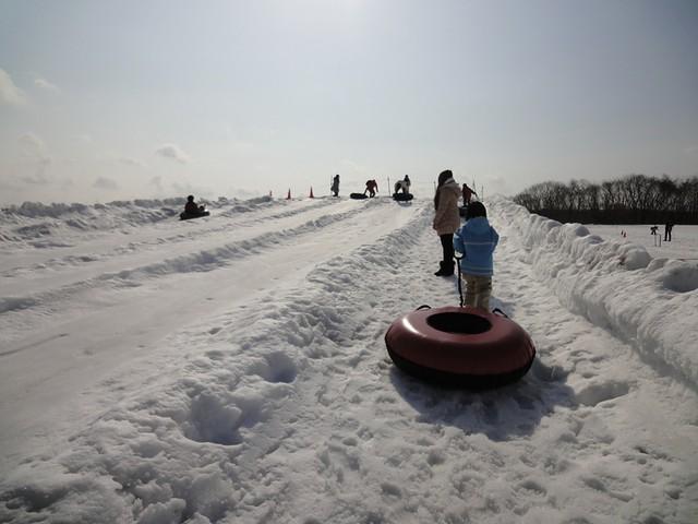 雪の滑り台でチューブ滑り|