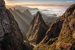 Portais de Hércules (Waldyr Neto) Tags: mountains sunrise amanhecer montanhas parnaso dedodedeus serradosórgãos cloudsstormssunsetssunrises portaisdehércules